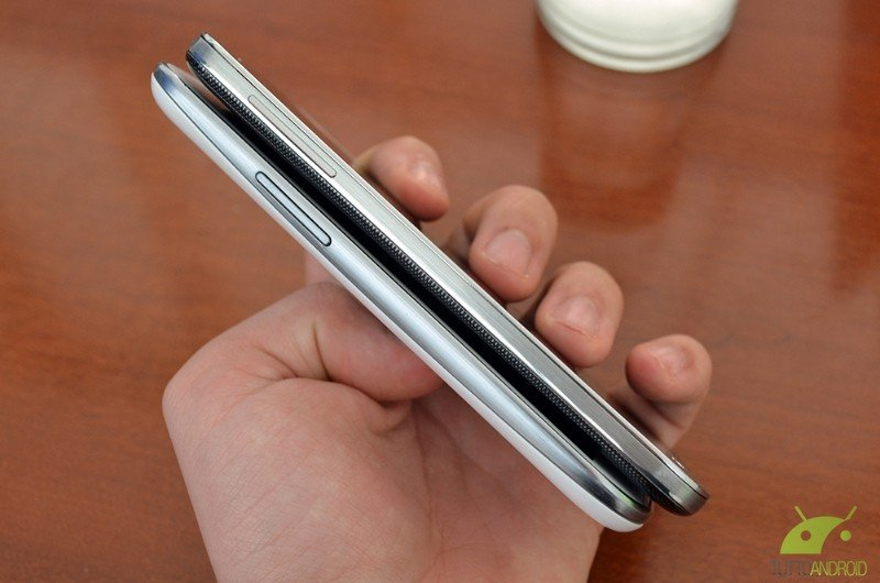 Samsung galaxy s4 dimensioni pi piccole di s3 e bordo in for Smartphone piccole dimensioni